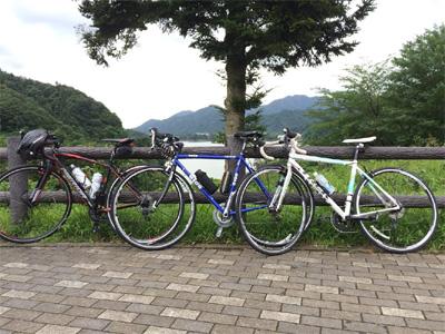 [IMAGE]宮ヶ瀬湖をバックに記念撮影